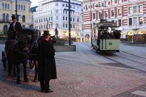 Filminnspillinger krever stor innsats. Her fra innspillingen av produksjonen Harry & Charles i 2009, hvor vogn 32 fra 1899 deltok.