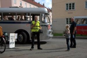 Jon Haakon Hustad annonserer at bussen er klart for avgang. Foto: Henrik Sartz.